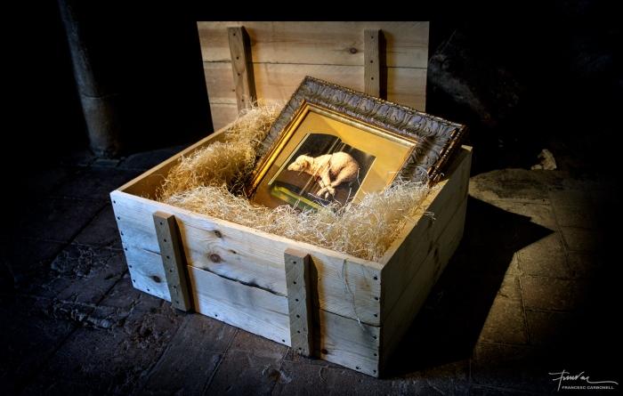 """Quadre """"Sustitución"""" de J.L. Castaño, en una caixa"""