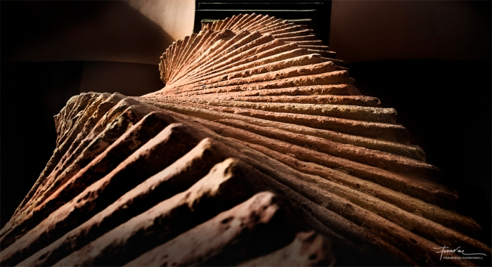 Vista en contrapicat d'una columna salomònica de maons