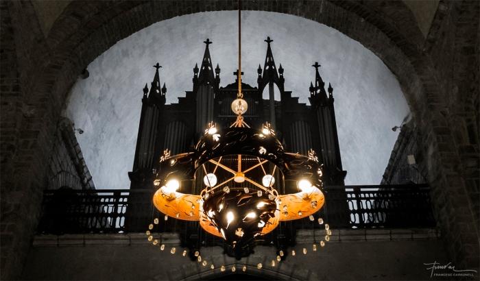Catedral de Santa Eulàlia i Santa Júlia d'Elna. Làmpada zenital davant de l'orgue situat dalt del cor